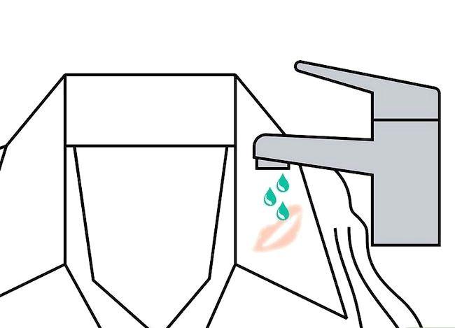 Billedbetegnelse Få en sminke ud af tøj uden vask Trin 3